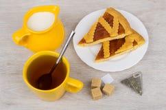 Pedazos de empanada de la torta dulce, jarro de leche, azúcar en la tabla de madera Fotografía de archivo libre de regalías