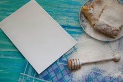 Pedazos de empanada de manzana asperjados con el azúcar en polvo Visión superior Alimento Postre Imagen de archivo