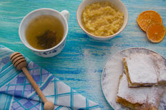 Pedazos de empanada de manzana asperjados con el azúcar en polvo Visión superior Alimento Postre fotografía de archivo