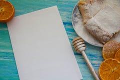 Pedazos de empanada de manzana asperjados con el azúcar en polvo Visión superior Alimento Postre foto de archivo libre de regalías