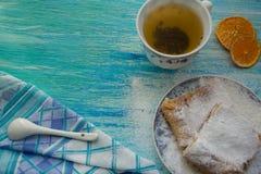 Pedazos de empanada de manzana asperjados con el azúcar en polvo Visión superior Alimento Postre imagenes de archivo