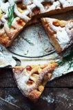 Pedazos de empanada de manzana asperjados con el azúcar en polvo Visión superior La tarta de manzanas hecha en casa del corte ado Foto de archivo libre de regalías