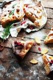 Pedazos de empanada de manzana asperjados con el azúcar en polvo Visión superior La tarta de manzanas hecha en casa del corte ado Imagen de archivo