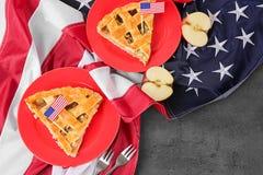 Pedazos de empanada de manzana americana con la bandera Imagen de archivo