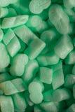 Pedazos de espuma de poliestireno verde en fondo de la caja del cartón Imagen de archivo