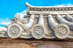 Pedazos de extremo adornados del diseño de tejas de tejado en arquitecturas japonesas y chinas tradicionales Fotos de archivo