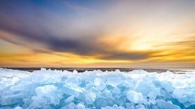 Pedazos de hielo de deriva en la puesta del sol, IJsselmeer, Países Bajos Foto de archivo