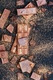 Pedazos de la barra de chocolate Fondo con el chocolate Concepto dulce de la foto de la comida Los pedazos del chocolate quebrado Fotografía de archivo