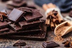 Pedazos de la barra de chocolate Fondo con el chocolate Concepto dulce de la foto de la comida Los pedazos del chocolate quebrado Imágenes de archivo libres de regalías