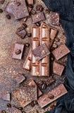 Pedazos de la barra de chocolate Fondo con el chocolate Concepto dulce de la foto de la comida Los pedazos del chocolate quebrado Fotografía de archivo libre de regalías