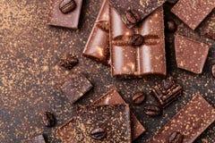 Pedazos de la barra de chocolate Fondo con el chocolate Concepto dulce de la foto de la comida Los pedazos del chocolate quebrado Imagenes de archivo