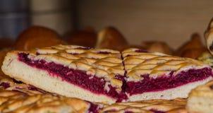 Pedazos de la empanada de la baya en panadería fotografía de archivo