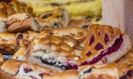 Pedazos de la empanada de la baya de la fruta en panadería imagen de archivo libre de regalías