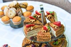 Pedazos de la galleta de la torta en la tabla Foto de archivo libre de regalías