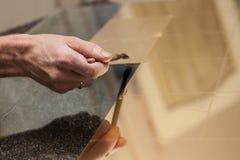 Pedazos de la hoja de oro sobre el vidrio Foto de archivo