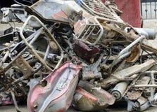 Pedazos de la motocicleta momentos antes del reciclaje imagen de archivo