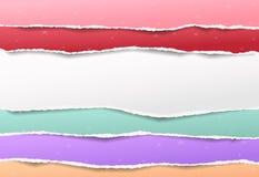 Pedazos de la nota blanca y colorida rasgada, tiras de papel del cuaderno con el modelo de estrellas stock de ilustración