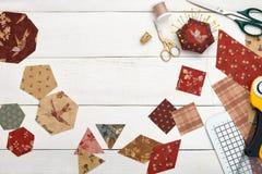 Pedazos de la tela de diversas formas geométricas para el edredón de costura, los accesorios tradicionales del remiendo, de la co fotografía de archivo