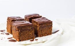 Pedazos de la torta de chocolate en una placa Imágenes de archivo libres de regalías