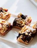 Pedazos de la torta del ciruelo en una bandeja Fotografía de archivo libre de regalías