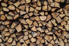 Pedazos de madera secos llenados en registros Fotos de archivo