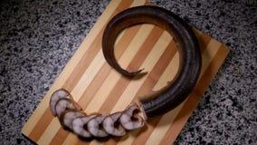 Pedazos de mentira ahumada de la anguila en un tablero de bambú metrajes