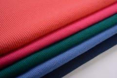 Pedazos de paño apilado con diverso color hecho por el algodón Fotos de archivo libres de regalías