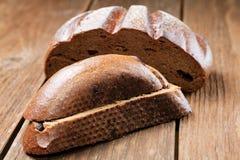 Pedazos de pan de centeno en una tabla Foto de archivo libre de regalías