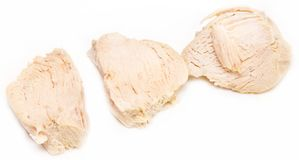 Pedazos de pechuga de pollo hervida sobre el fondo blanco Foto de archivo libre de regalías