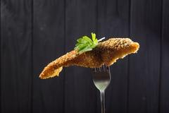 Pedazos de pescados fritos en una fork Imagen de archivo libre de regalías