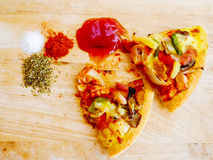 Pedazos de pizza en de madera Imagen de archivo