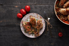 Pedazos de pollo frito en una placa Imagen de archivo libre de regalías