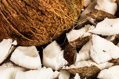 Pedazos de primer de la fruta del coco Fotos de archivo libres de regalías