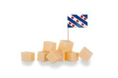 Pedazos de queso aislados en un fondo blanco fotos de archivo libres de regalías