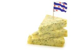 Pedazos de queso tradicional del frisian con las hierbas fotos de archivo