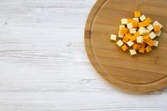 Pedazos de quesos del mimolette y del queso Edam en el tablero de madera Visión superior fotografía de archivo libre de regalías