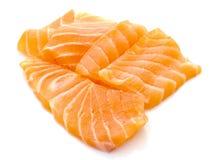 Pedazos de rebanada de color salmón fresca en el fondo blanco Fotografía de archivo libre de regalías