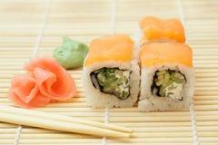 3 pedazos de rollo de sushi Imagen de archivo