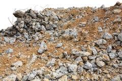 Pedazos de ruina del hormigón y de los escombros del ladrillo en el emplazamiento de la obra aislado en blanco fotografía de archivo