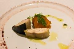 Pedazos de salmón ahumado, de caballa y de arenques con las hierbas y sau Imagen de archivo
