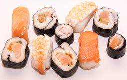 Pedazos de sushi en el fondo blanco Foto de archivo