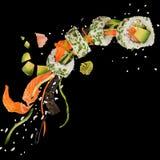 Pedazos de sushi japonés delicioso congelado en el aire Imagen de archivo libre de regalías
