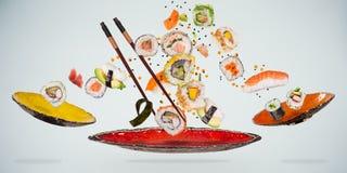 Pedazos de sushi japon?s delicioso congelado en el aire imagenes de archivo