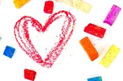Pedazos de tiza brillantes con el corazón leído dibujado en blanco fotos de archivo