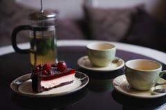 Pedazos de torta Café del cacao del chocolate caliente de la bebida en tazas Fondo negro Imágenes de archivo libres de regalías