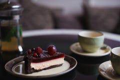 Pedazos de torta Café del cacao del chocolate caliente de la bebida en tazas Fondo negro Imagenes de archivo