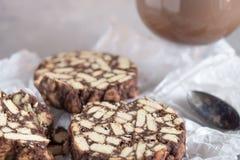 Pedazos de torta de chocolate de las galletas y del cacao con la melcocha en el papel de la panadería fotos de archivo libres de regalías