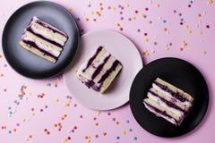 Pedazos de torta de cumpleaños Fotografía de archivo