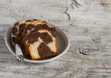 Pedazos de torta de chocolate en el plato oval Imagen de archivo
