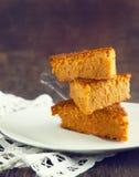 Pedazos de torta de zanahoria Fotos de archivo